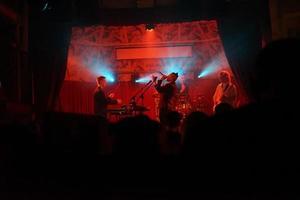 Band spielt auf einer Bühne