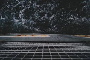 Blick von einem Schiff auf den Ozean foto