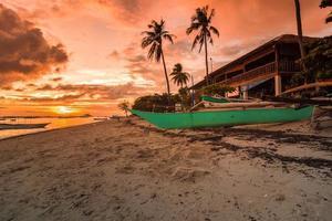 Boot an der Küste während des Sonnenuntergangs