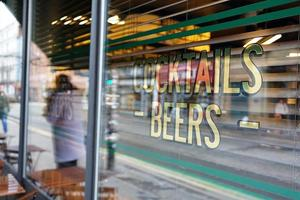 Zeichen für Cocktails und Bier