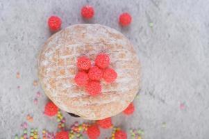 Donuts mit Streuseln und Süßigkeiten