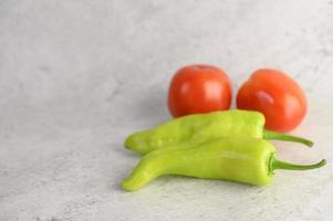 grüne Paprika und frische Tomaten foto