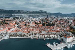 Luftaufnahme einer kroatischen Stadt foto