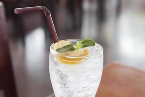 Nahaufnahme eines Glases Wasser mit Zitrone