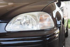 Nahaufnahme eines Autoscheinwerfers foto