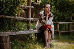 Mädchen in einem gestickten traditionellen Kleid foto