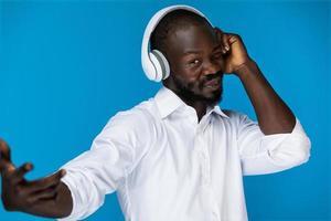 Mann mit Kopfhörern foto