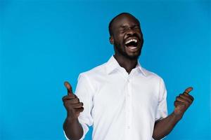 Mann im weißen Hemd hält zwei Daumen hoch foto