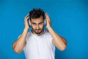 Mann, der Musik mit Kopfhörern hört