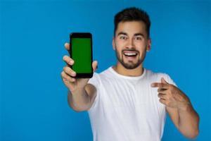 Greenscreen-Handy im Vordergrund