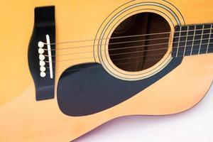 Nahaufnahme einer Akustikgitarre auf einem weißen Hintergrund