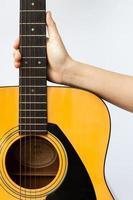 Hand auf eine Gitarre
