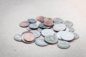 Stapel von Münzen auf einem weißen Hintergrund