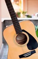 Akustikgitarre draußen foto