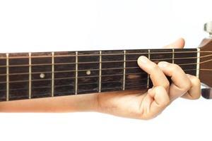 Nahaufnahme der Finger an einem Gitarrenhals