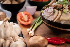 Frühlingszwiebeln, Paprika, Knoblauch und Shiitake-Pilze foto