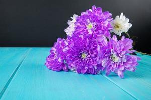lila Blumen auf einem blauen Tisch foto