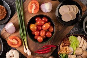rote Kirschtomaten mit Frühlingszwiebeln, Paprika, Tomaten und roten Zwiebeln