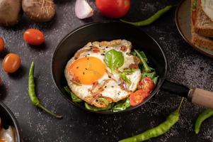 Eierfrühstück mit Wurst und Gemüse