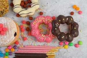 dekorative Donuts auf grauem Hintergrund