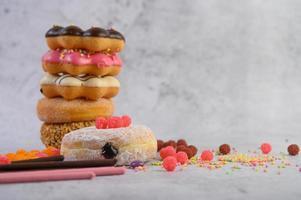 ein Stapel von verschiedenen Donuts und Toppings foto