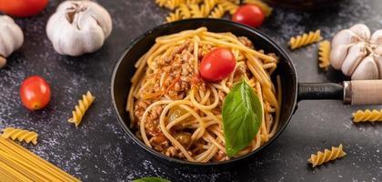 Spaghetti-Nudeln mit Tomaten und Basilikum foto