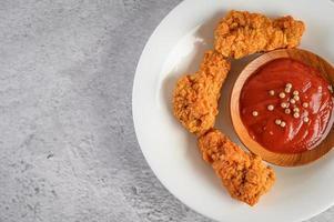 knuspriges Brathähnchen mit Tomatensauce foto