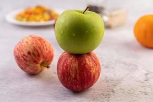 Äpfel auf der Küchentheke