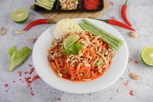 Thai Papaya Salat mit Zutaten foto