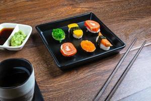 Sushi mit Stäbchen foto