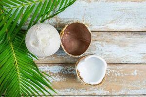 Draufsicht auf Kokosnüsse und Palmblätter