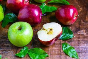 geschnittener roter Apfel foto