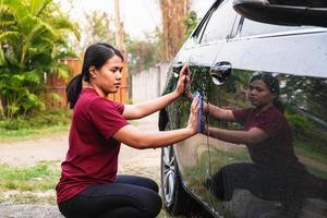 Frauen, die ein Auto waschen foto