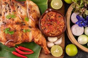 Gegrilltes Hähnchen mit Knoblauchsauce und Gemüse