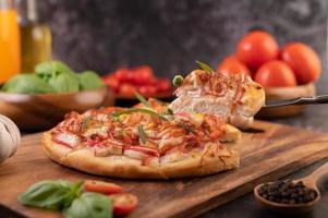 hausgemachte Pizza mit Zutaten foto