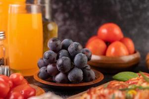 schwarze Trauben mit Tomaten Orangensaft und Pizza