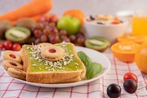 Brot mit Pandan Pudding bedeckt und mit Dessert gefüllt