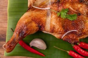 Gegrilltes Hähnchen mit Knoblauch und Paprika
