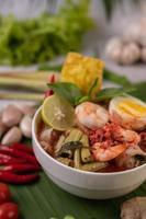 Tom Yum Nudeln mit Garnelen und gekochten Eiern foto