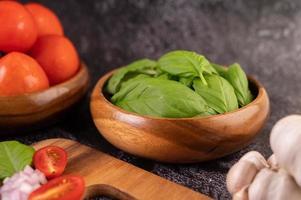 Thymian und Tomaten in einer Holzschale mit Knoblauch