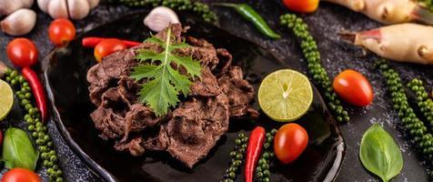 Schweinefleisch mit Tomaten, Paprika, Knoblauch und Limette. foto