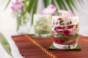 Dessert in einem Glas auf einem Bananenblatt