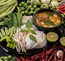 Reisnudeln mit Chilis, Melonen, Linsen und Zitrone