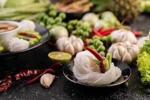 Reisnudeln mit Bohnen, Tomaten, Melonen und Chilis foto