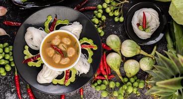 Reisnudelgericht mit Chilis, Melonen, Linsen und Zitrone