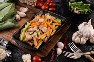 Gemüse mit Schweinebauch anbraten