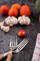 Knoblauch und Tomaten mit zwei Gabeln foto