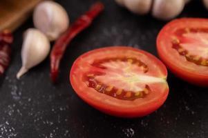 halbgeschnittene Tomaten mit Chili und Knoblauch