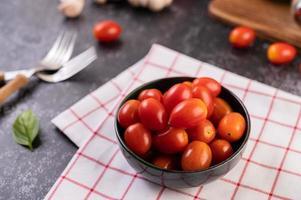 frische reife Tomaten auf einem roten karierten Tuch