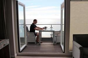 Fernarbeiter auf dem Balkon foto